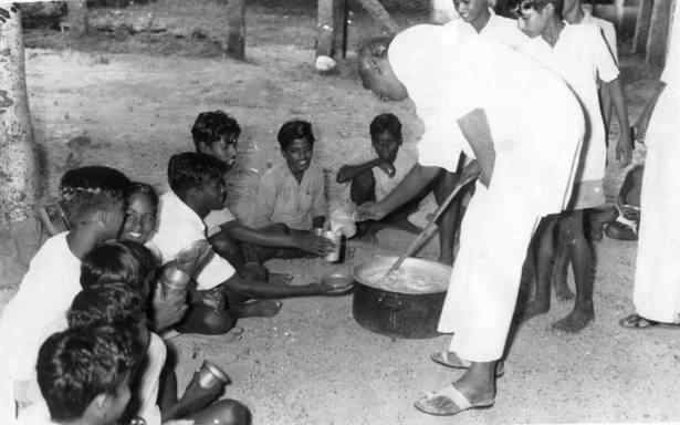kamarajar photos - Serving Mid-day Meal to School children's
