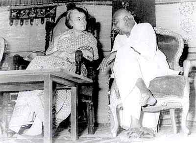 kamarajar photos with Indra Gandhi in stage